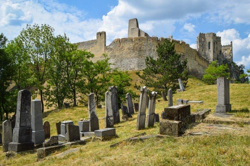 zivdovsky_cintorin_hradu_beckov