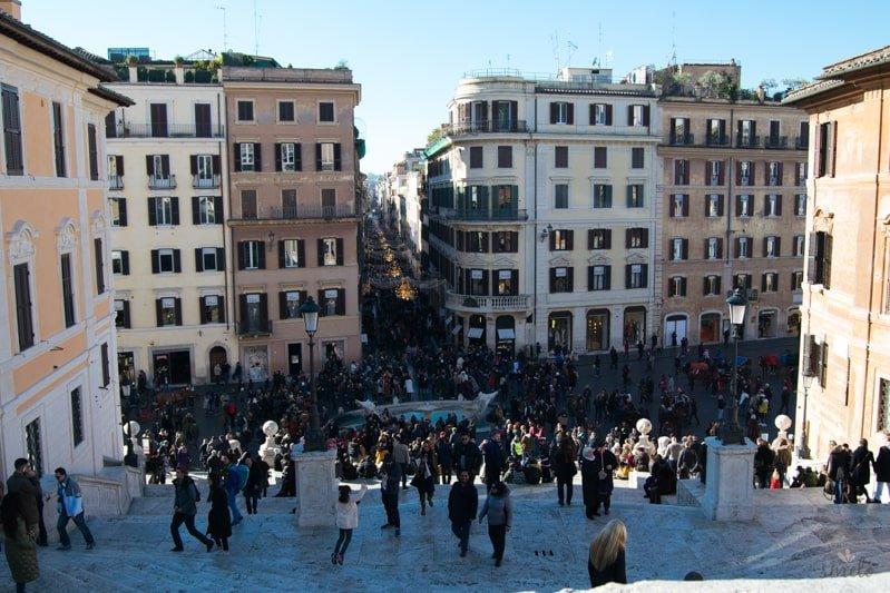 Piazza_di_spagna_spanielske_schody_s_ludmi_rim