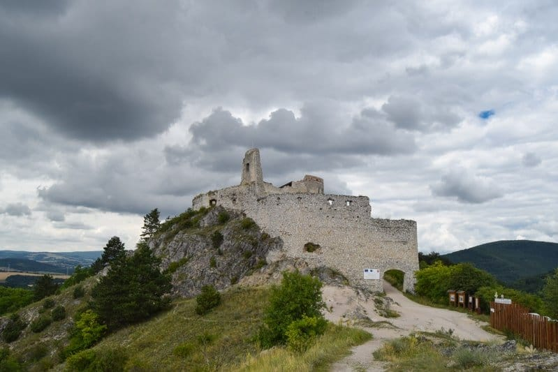 Čachticky_hrad_tip_na_vylet_po_slovensku-min
