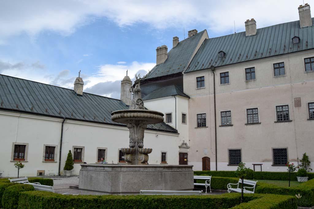 Nádvorie_hradu_Červený_kameň